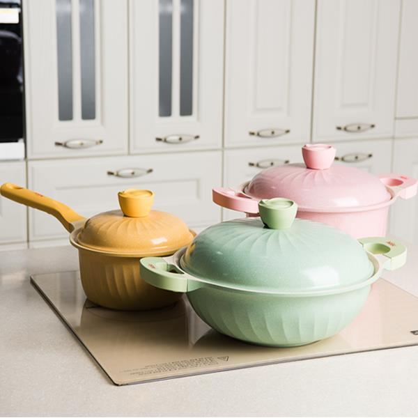 一套煲,就能令自己幸福一點!粉嫩糖果色、玫瑰鍋蓋鈕、木手柄配田園風橄欖綠外層……而且輕身、易洗又價格親民。有了TA,每天開心下廚,懶住健康靚!