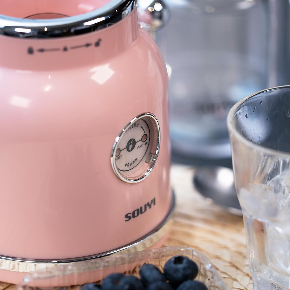 復古風Souyi榨汁機,甜美粉紅色懷舊設計,而且簡單易用,每日新鮮果汁或呃like乳酪smoothie就靠佢。