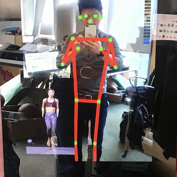 Kara 智能健身鏡運用 AI 人工智能技術透過鏡頭去追蹤你的姿勢及分析你的表現。