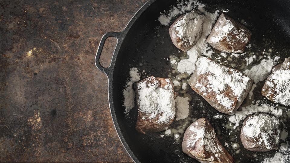 在牛肉粒表面抹上麵粉,最後煮出來的醬汁會濃厚一點。