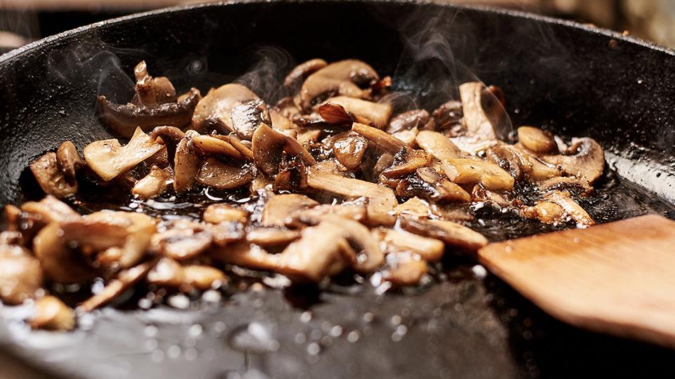 這時再把蘑菇放進煎鑊煎香,然後加入牛肉鍋中。